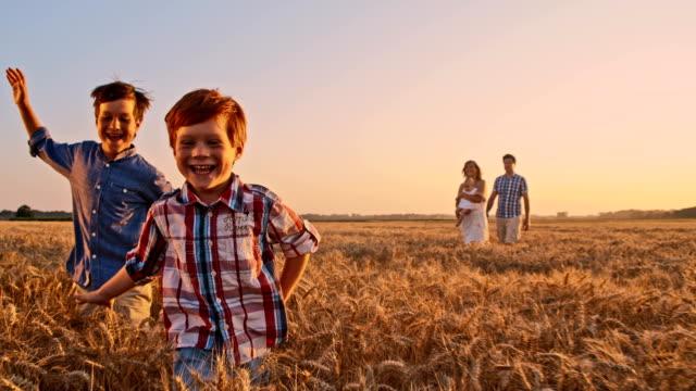 SLO Missouri joyeux enfants courir dans le champ de blé