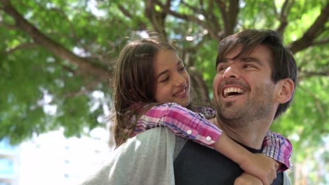 vídeos y material grabado en eventos de stock de una niña juguetona cubriendo los ojos de su papi y luego sonríe a la cámara - father day