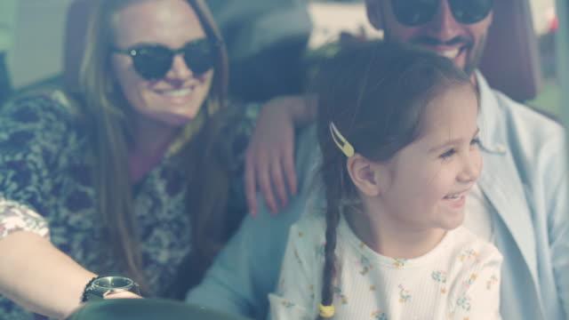 vidéos et rushes de petite fille espiègle faisant semblant de conduire une voiture - partie de véhicule