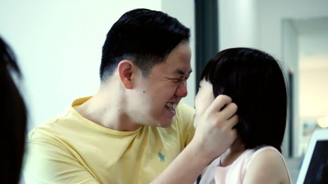 stockvideo's en b-roll-footage met speelse half volwassen vader geeft voorschoolse leeftijd dochter eskimo kussen - eskimokus geven