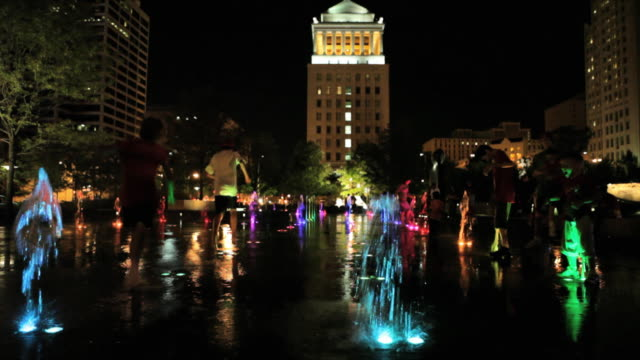 ws playful spray plaza in city garden / st louis, missouri, usa   - ミズーリ州 セントルイス点の映像素材/bロール