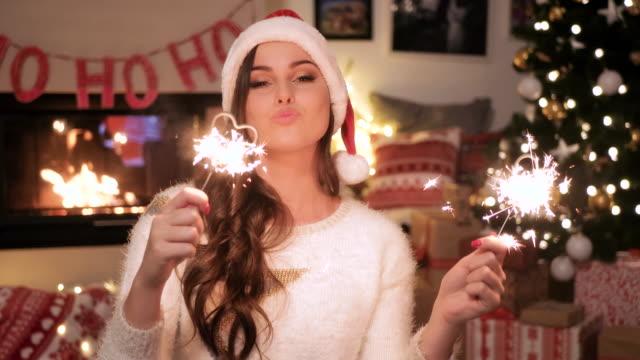 vídeos de stock e filmes b-roll de playful woman/ debica/ poland - chapéu do pai natal