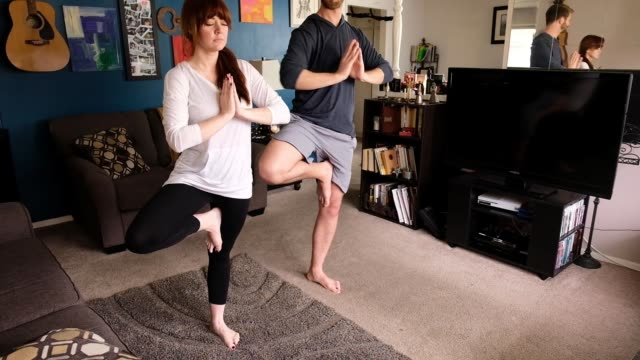 vidéos et rushes de playful yoga push et pillow fight - adulte