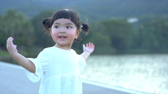 slomo 遊び心のある若い女の子のダンス - 幼児点の映像素材/bロール