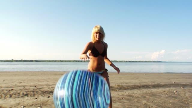 stockvideo's en b-roll-footage met playfull beach girl - gebruind