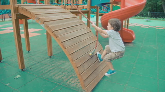 vídeos y material grabado en eventos de stock de patio de juegos - estructura metálica para niños