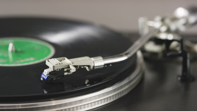 playing a record - giradischi video stock e b–roll