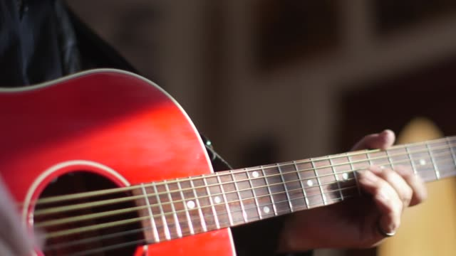 Afspelen van een akoestische gitaar van Red - close-up