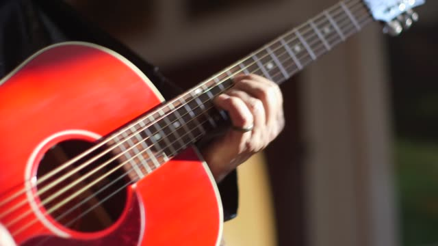 ein rot-akustik-gitarre - spielen hautnah - griffbrett stock-videos und b-roll-filmmaterial