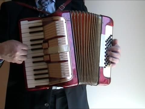 vídeos y material grabado en eventos de stock de jugando accordeon - acordeonista