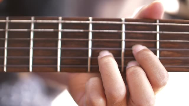 SLO MO speelt akoestische gitaar