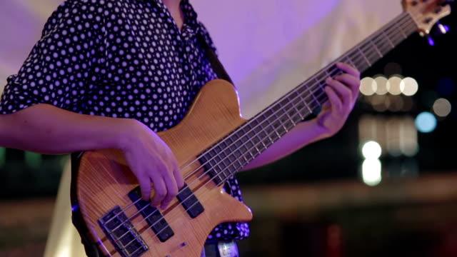 spielen sie eine e-gitarre im konzert party - akkord stock-videos und b-roll-filmmaterial