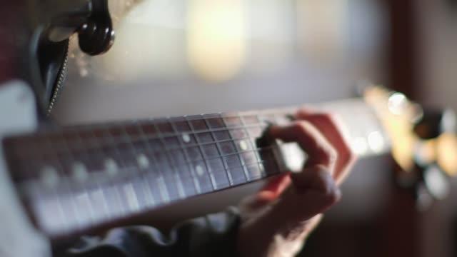 Afspelen van een elektrische gitaar - close-up