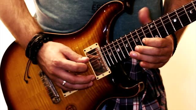 vídeos de stock, filmes e b-roll de tocando uma guitarra elétrica - guitarist