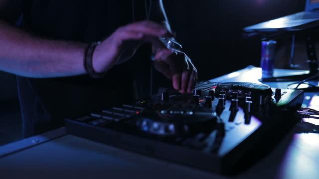 stockvideo's en b-roll-footage met dj die muziek bij partij speelt en mengt - club dj