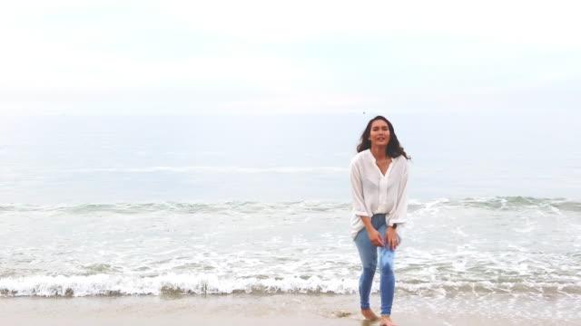 spielen und laufen auf der küste generation z weiblich genießen redondo beach 4k video-serie - philippinischer abstammung stock-videos und b-roll-filmmaterial