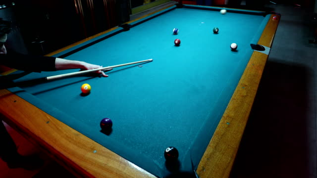vídeos de stock e filmes b-roll de playing billiard - mesa de bilhar