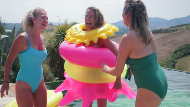 spielen am pool - older woman fun stock-videos und b-roll-filmmaterial