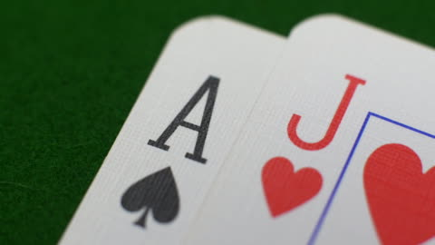 spielen karten in einem spiel von blackjack/pontoon/twenty-one/vingt-et-un - poker stock-videos und b-roll-filmmaterial