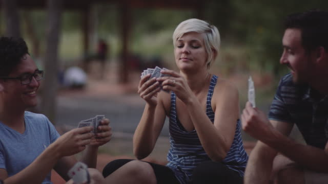 vídeos de stock e filmes b-roll de 4k uhd: playing cards in the campsite - carta de baralho
