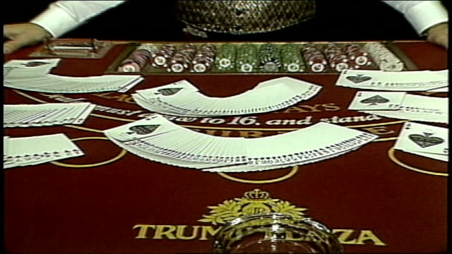 playing cards spread on blackjack table - カードゲーム点の映像素材/bロール