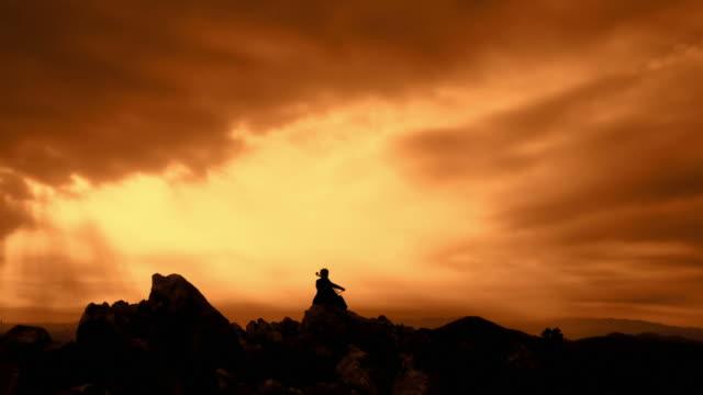 vidéos et rushes de grue haute définition: violoncelle jouant au coucher du soleil - violoncelle