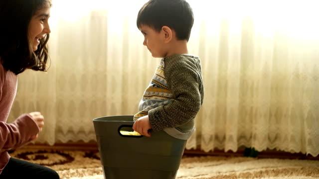stockvideo's en b-roll-footage met kinderen thuis spelen - wasmand