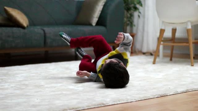 家庭で子供を遊ぶ - 洗濯かご点の映像素材/bロール