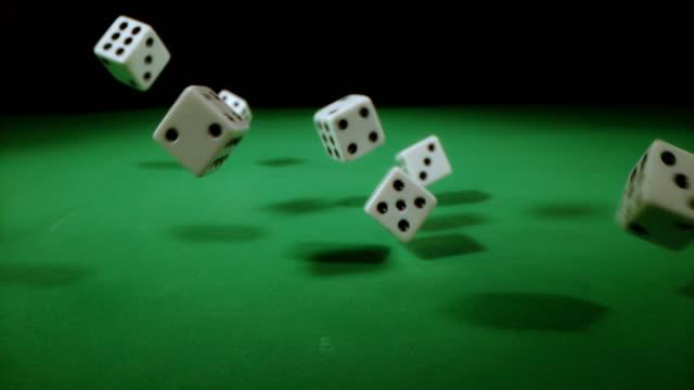 vídeos de stock e filmes b-roll de slo mo playing dices falling on a gambling table - casino