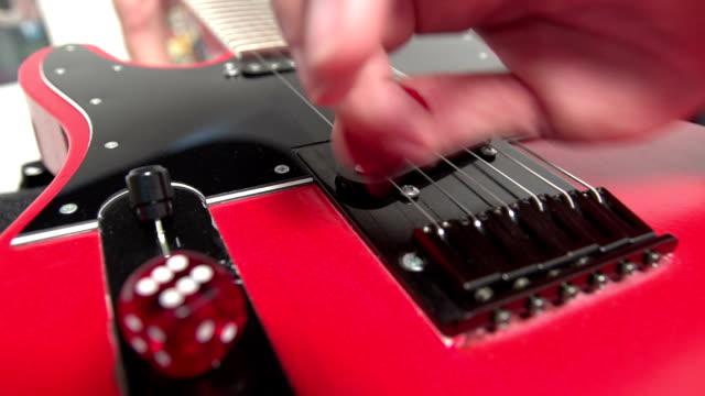 spielt e-gitarre - moderne rockmusik stock-videos und b-roll-filmmaterial