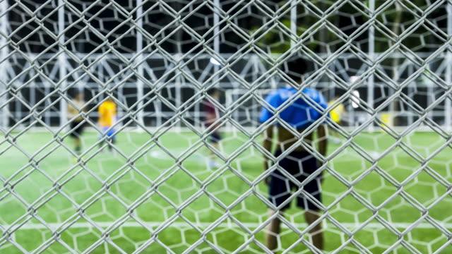 vídeos de stock e filmes b-roll de jogar futebol para se divertir e saudáveis - cerca