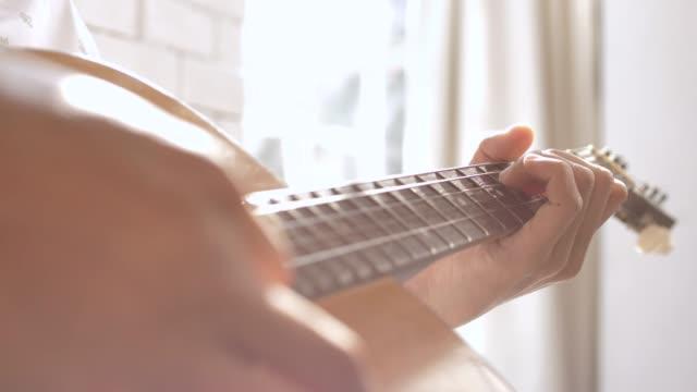 vídeos de stock, filmes e b-roll de jogando o fim da guitarra acima - country e western