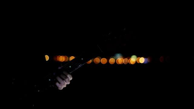 vídeos y material grabado en eventos de stock de tocando la guitarra en la noche - diapasón instrumento de cuerdas