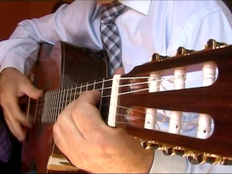 suona chitarra. lingua originale: flamenco spagnolo musica - flamenco danza tradizionale video stock e b–roll