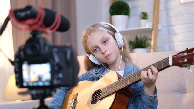 vidéos et rushes de jouer de la guitare - thème de la photographie