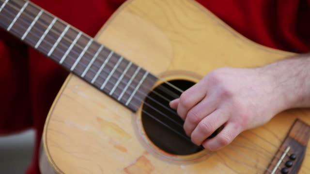 Spielt Gitarre