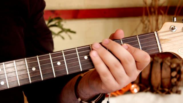 playing guitar - människofinger bildbanksvideor och videomaterial från bakom kulisserna
