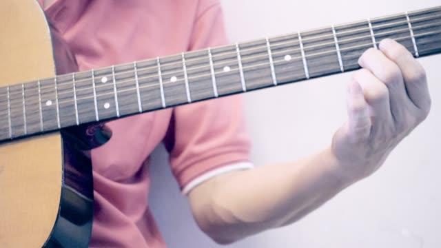 spielt gitarre. - griffbrett stock-videos und b-roll-filmmaterial