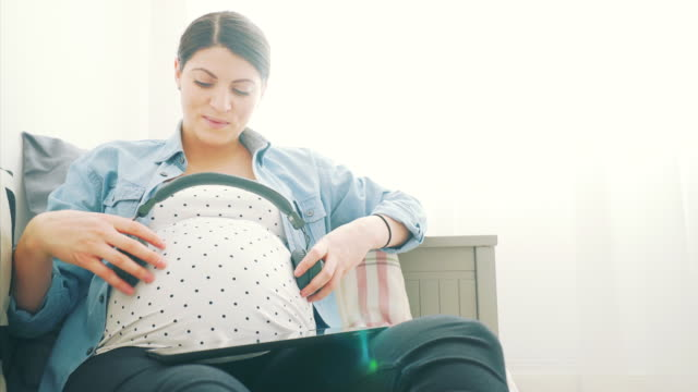 vídeos y material grabado en eventos de stock de tocando su canción favorita a su niño del unborn. - abdominales