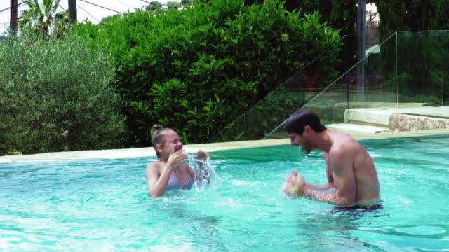 vídeos de stock, filmes e b-roll de playing in pool - prendendo a respiração