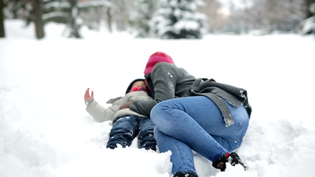 playing in snow - cappotto invernale video stock e b–roll