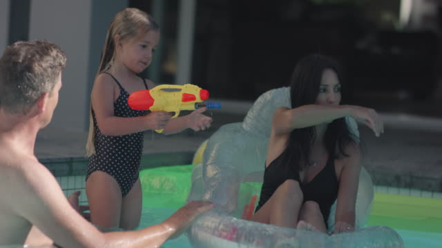 playing in swimming pool - 45 49 anni video stock e b–roll