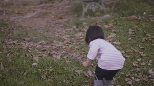 遊ぶのガーデン - 2歳から3歳点の映像素材/bロール