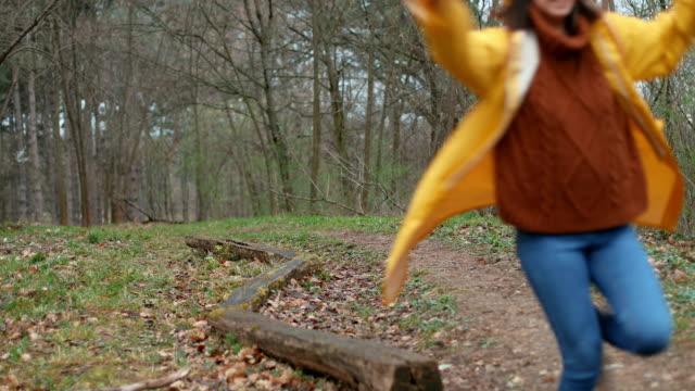 giocare nel bosco - stunt video stock e b–roll