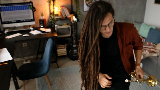 自宅でトランペットでジャズ音楽を演奏する - レゲエ点の映像素材/bロール
