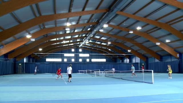 vídeos de stock, filmes e b-roll de cs brincando de duplas mistas jogo de tênis cobertas - tênis esporte de raquete