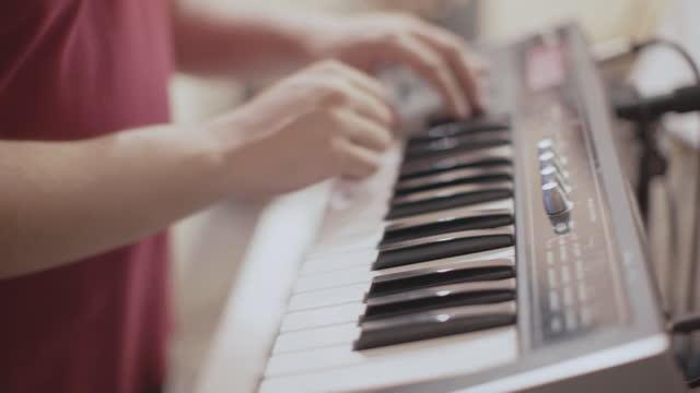 vídeos y material grabado en eventos de stock de reproducción de música sintetizador de piano en vivo - imagen virada