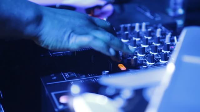vidéos et rushes de dj playing music on turntable at ultra music festival, close-up on hands - dj