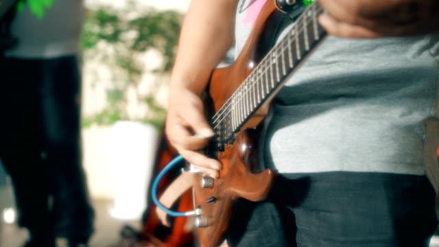 vidéos et rushes de playing musical bass on the street - guitare imaginaire