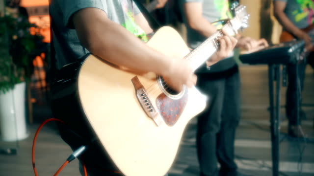 vidéos et rushes de playing musical guitar on the street - guitare imaginaire